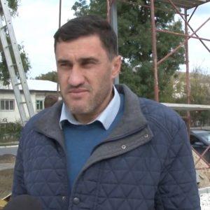 2020 10 20 Primarul de Căușeni a împrăștiat pietrișul pe stadionul sportiv în reconstrucție.