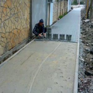 2021 04 19 Încă un trotuar se pavează la Căușeni